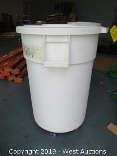 Brute Trash Bin with Lid and Dolly