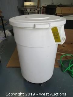 Brute Trash Bin with Lid and Dolly and Baking Pans