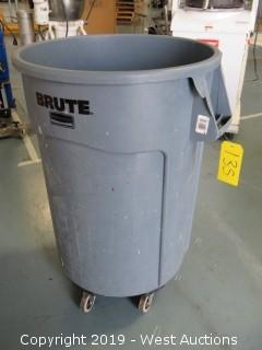 Brute Trash Bin with Dolly